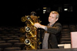 Laurent Mannoni et une triple lanterne Riley – Photo Cinémathèque française.