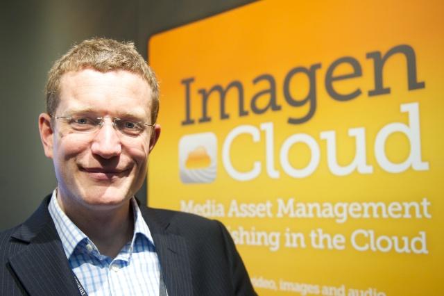 Tom Blake, le patron de Cambridge Imaging Systems, récompensé avec son équipe pour la plateforme de MAM et de publication Imagen.
