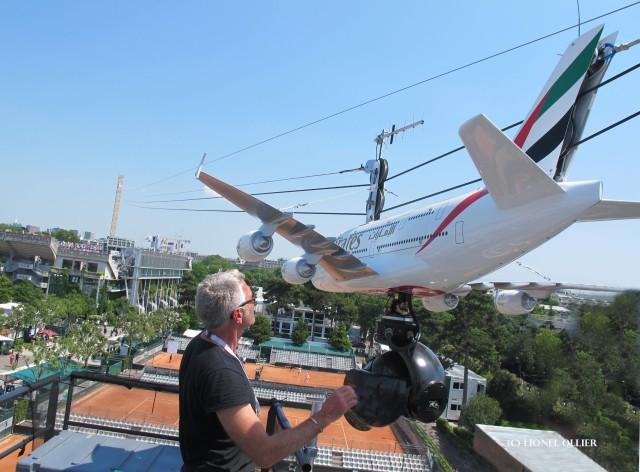 Le travelling aérien Cablecam avec la tête gyro-stabilisée Shotover F1 sous la réplique d'un A380 sponsorisé par Emirates.