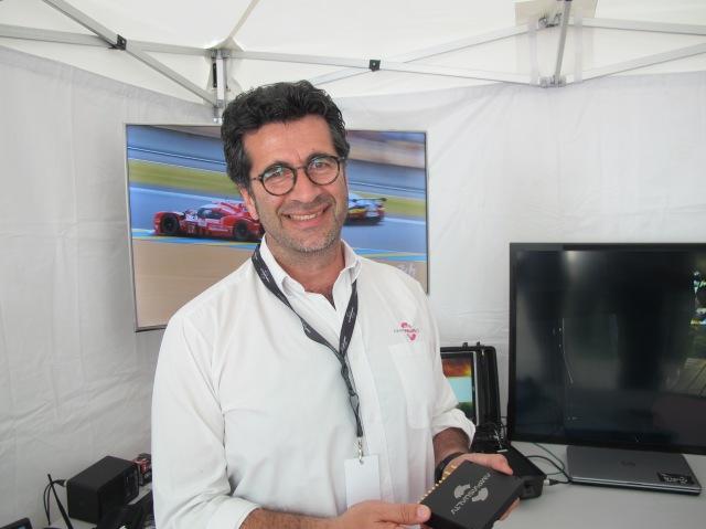 Jérôme Dugast, responsable communication AMP Visual TV, avec le boitier pour caméras embarquées pour les courses sportives.