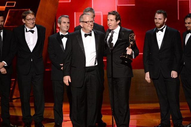 L'équipe de Game of Thrones accepte leurs récompenses lors de la soirée Creative Arts Emmy Awards de Los Angeles. (c) Invision/AP.