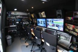 Un des cars de transmission satellite (et de réalisation) DSNG IXILive, filiale d'AMP Visual TV équipé d'un réseau MediorNet Riedel.