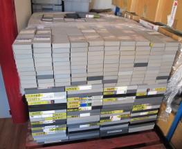 Des palettes de cassettes vidéo en attente de numérisation chez Vectracom.